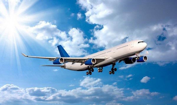 中国大陆公民如何到达 帕劳共有3个机场,国际航线较多,与菲律宾、澳大利亚、日本、韩国、美国关岛、中国台湾地区之间均有定期直航航班。帕劳国营航空公司(Belau Air)经营国内岛屿之间的定期航线服务。 但是一直以来从我国大陆出发前往帕劳的交通不是非常便利,航班非常有限,而且需要几经周折,现在从韩国首尔、日本东京、菲律宾马尼拉、台北都有定期直达航班,也就是说飞到上述任何一个地方转机就可以到达。 从中国至帕劳大概有几种方法可以到达: 1、 北京等城市-马尼拉-帕劳 2、 北京等城市-日本东京(包机)-帕劳