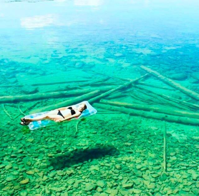 这个坐落在尼尔森(nelson) 附近,水下能见度高达80米的湖泊于2011年被