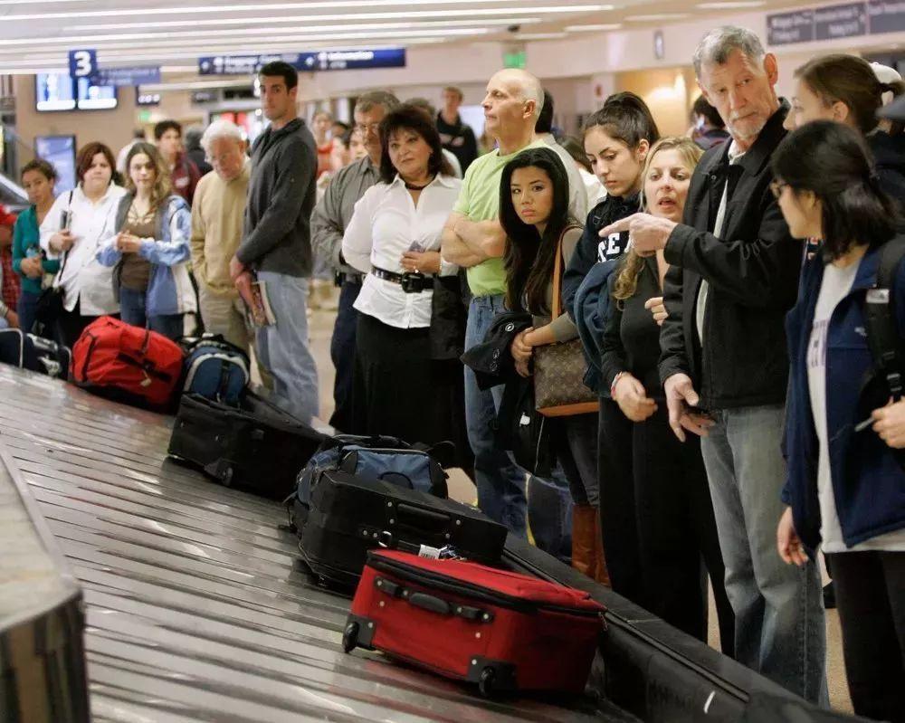 中国男子坐飞机行李牌上写这些?差点被判死刑.